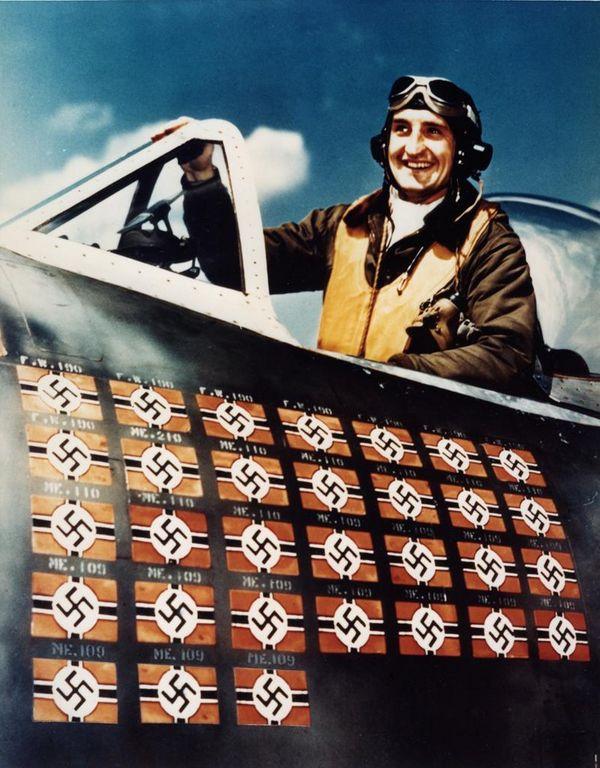 Командир 61-й истребительной эскадрильи (ВВС США) майор Фрэнсис Габрески (Francis S. Gabreski) в кабине своего самолёта (Republic P-47D-25-RE Thunderbolt, 42-26418), 1944 г. Знаки указывают, что на счету 31 авиа победа.