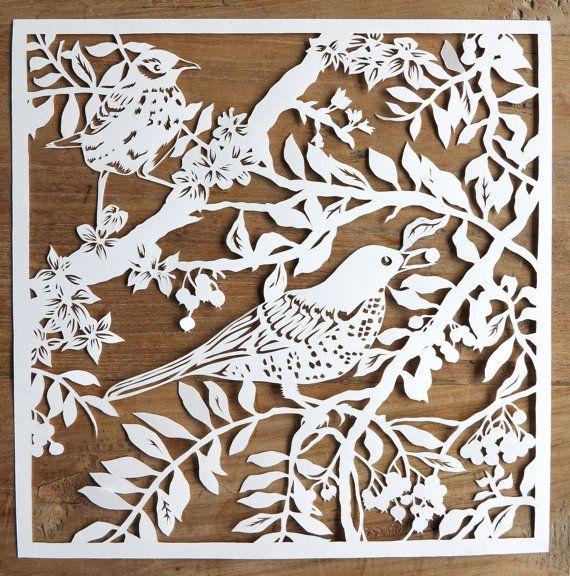 Diese Papercut der Vögel in den Zweigen machen eine schöne Ergänzung zu Ihrer Wohnkultur. Da meine Scherenschnitte werden von Hand gezeichnet und hand Schnitt, wird jeder anders sein. Also besitzen, ist eine Art Kunstwerk besitzen!  Meine Liebe für Vögel und Natur ist in diesem Papercut dargestellt. Alle meine Scherenschnitte sind entworfen und hand gezeichnet von mir. Ich finde meine Inspiration, im Freien oder in einem der meine Fotobücher von Flora und Fauna. Nach dem sorgfältig zeichnen…