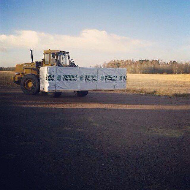 Ur vägen här kommer vi med finfint norrlandsvirke!  #wood #woodwork #woodworking #exteriör #renovera #renovering #trä #trähus #trädoft #trälist #interior #interiör #sågning #sågverk #snickra #snickare #golv #golvlist #golvlister #hyvleri #loader #listverk #lister #virke #volvo #volvol90 #bygg #bygga #bygge #brädgård de krokstorpssag