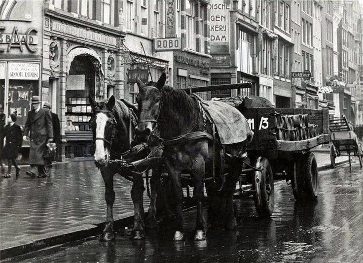 Paard en wagen op het Damrak te Amsterdam in 1944