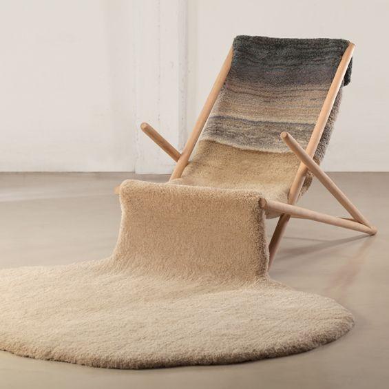 """Les designers Alexandra Kehayoglu et Maxi Ciovich ont imaginé leur version du transat de plage, une réinterprétation hivernale, la """"Winter Passing Chair"""". Reprenant la forme et l'inclinaison à 30 degrés d'un transat classique, les designers ont remplacé la traditionnelle toile par un épais tapis qui s'étend au-delà de la structure."""