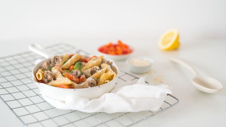 Eenpanspasta met Italiaanse worstjes, paprika en boontjes