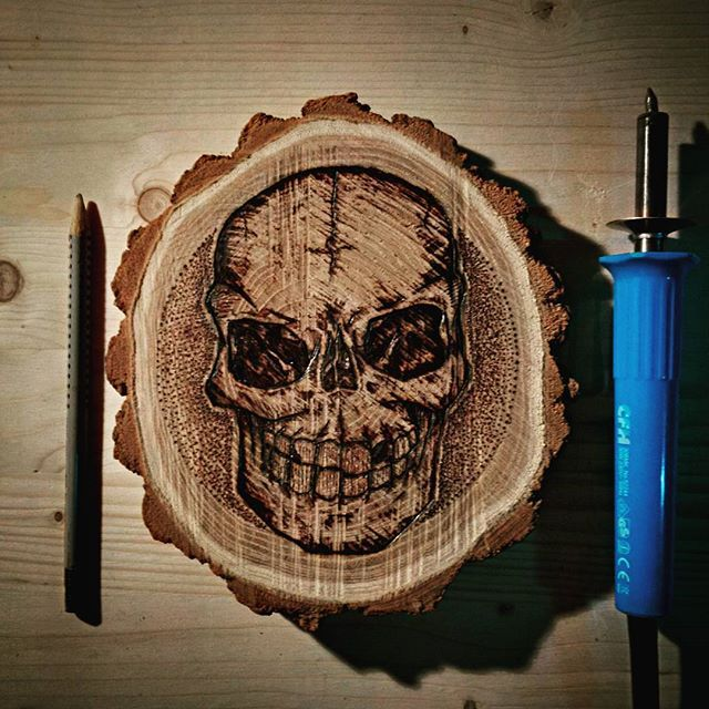 Slice of wood burning session! #wood #woods #woodburning #pyrography #nature #hot #skull #human #burning #art #artist_help @art_collective @worldofartists @artistsdrop #artistdrop #graffkodesign
