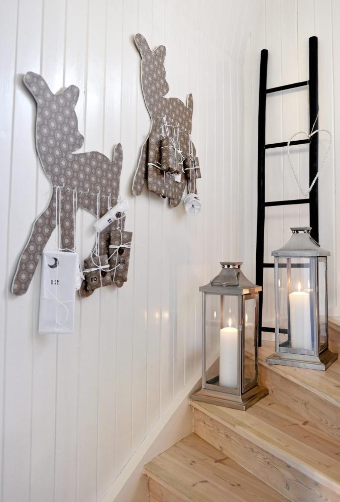 Hjemmelaget julepynt er sjarmerende, og tilfører et særpreg til leiligheten. På veggen henger to hjemmelagde julkalendere, formet som Bambi. To store lykter er plassert i trappesvingen for ekstra stemning.