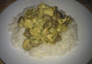 rijst met kip in curry met champignons