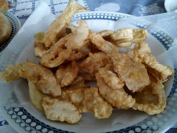 Bucce di patate in pastella fritte.