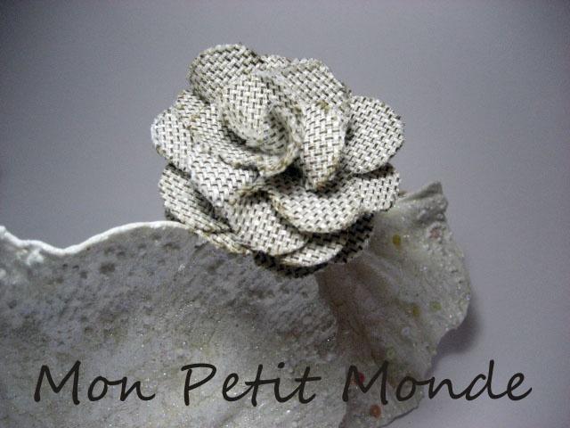 Flor para broches, coleteros o diademas en Realizada en Lino color piedra