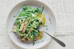 Per la ricetta delle tagliatelle verdi e salsa allo zafferano, sbollentate gli spinaci per 1', scolateli e frullateli con il frullatore a immersione fino a ottenere una crema. Pesatene 50 g e …