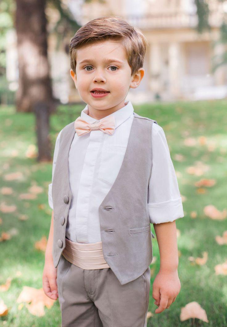 Pour un mariage délicat nous vous proposons pour vos garçons cet ensemble gris souris avec une ceinture Théo rose poudré ainsi que le noeud papillon Roméo assorti