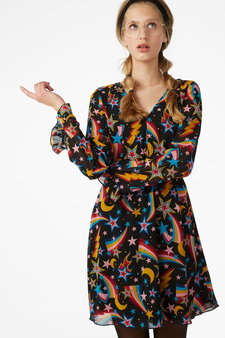 <p>We love this flowy knee length dress to the moon and back! It got ruffled cuffs and an elastic waist band and is made from 100% recycled materials. </p><
