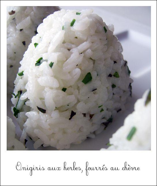 Les onigiris, c'est bon, c'est joli, c'est rigolo à faire et à manger, et les déclinaisons sont infinies! Onigiris aux herbes et au chèvre frais Pour deux personnes 1 verre de riz rond (riz japonais