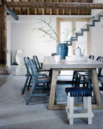 Mooie betonvloer met stoere houten tafel en gave vaas