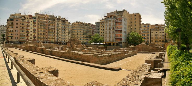 The Galerius Palace archaeological site is by Navarinou Square, the spot of the city center where you will find the most young people spending their time. (Walking Thessaloniki, Route 04 - Galerius)