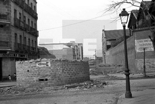 Refugios. Madrid, 9-4-1939. Entrada a uno de los refugios cercanos a Atocha construidos por los republicanos para que los madrileños, mujeres y niños, se refugiasen durante los bombardeos. EFE/aa