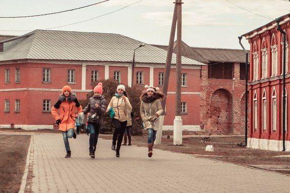 Краеведческое ориентирование «Путешествие по Коломенскому кремлю» - http://kolomnaonline.ru/?p=16389                                             Дом детского и юношеского туризма и экскурсий (ДДЮТиЭ) провел краеведческое ориентирование для учащихся 6-7 классов городских школ в Коло�