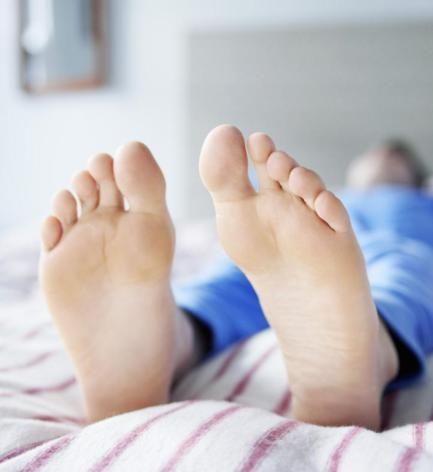 Sindrome delle gambe senza riposo: cause, sintomi e rimedi naturali - Ambiente Bio