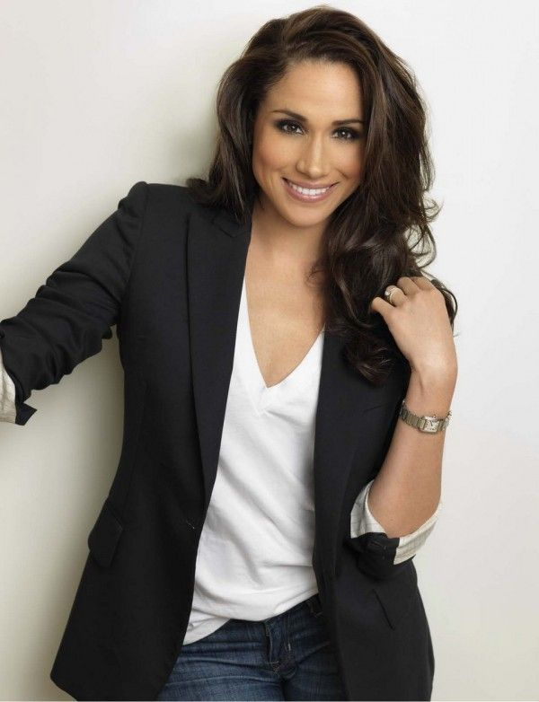 Meghan Markle, aka Rachel Zane from Suits, wearing a simple white t-shirt with a pair of jeans and a black blazer. Description from pinterest.com. I searched for this on bing.com/images