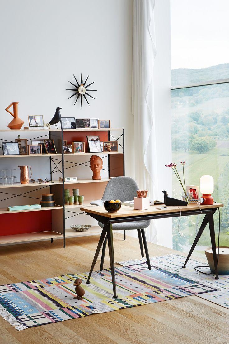 Kleurrijk #interieur met de #Vitra EM #tafel, de Vitra Eames #housebird en de Vitra Sunburst #klok. #clock #interior #design #interieur #inrichting #huis #office #thuiswerkplek #kantoor #bureau #desk