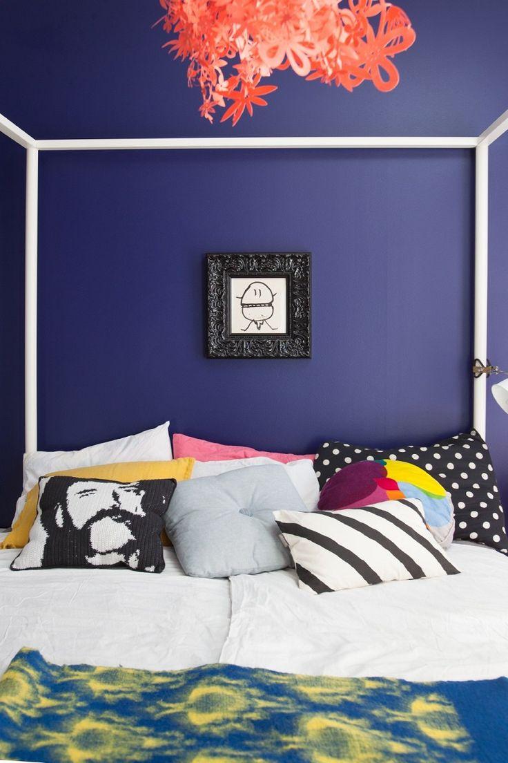 Upea musteensininen makuuhuone Talo kahdelle -bloggaajan kotona.