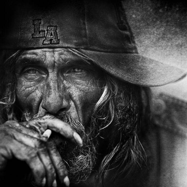 Le photographe Lee Jeffries, basé à Manchester au Royaume-Uni, est connu pour ses sublimes portraits de personnes sans domicile fixe.