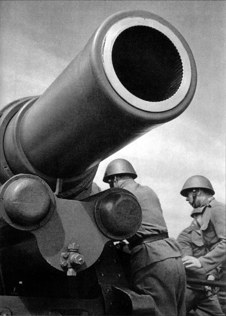 This little monster is the Skoda-built 305mm mortar produced for the Czech army in the interwar years. A total of 17 such mortars were in service when Czechoslovakia was occupied by the Germans, who immediately pressed the 305 mm into service under the designation 30.5 cm Morser. An additional six of the mortars were captured in Yugoslavia and also saw service on the Eastern Front under the designation 638(j). Photo taken in 1938.