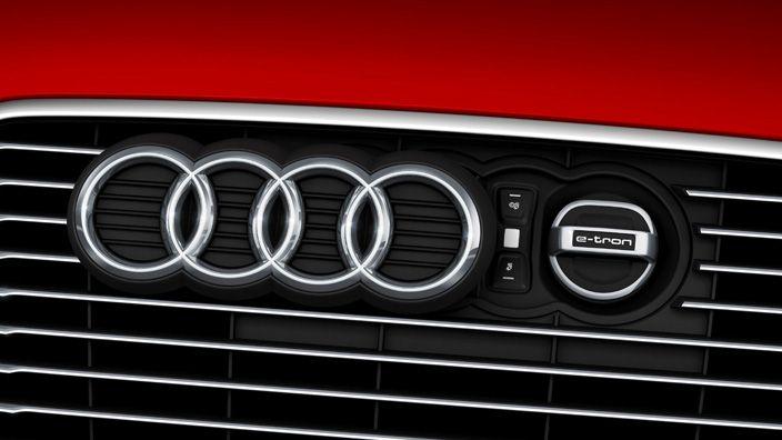 El sistema de recarga Audi  te permite recargar fácil y rápidamente en casa o en ruta. Con los enchufes de conexión industrial estándar, el tiempo de recarga es de aprox. 2 horas y 15 minutos, y con un enchufe doméstico aprox. en 3 horas y 45 minutos.El sistema de recarga Audi e-tron incluye un panel de operaciones con pantalla gráfica y teclas de contacto, un cable del vehículo con cargador, un cable eléctrico con un enchufe industrial y un cable eléctrico con un enchufe doméstico.