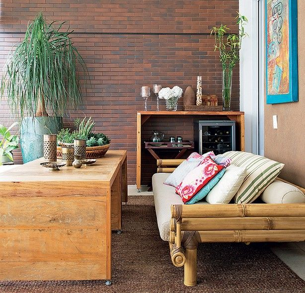 A parede de tijolos aparentes orientou o estilo mais rústico da varanda projetada pela designer de interiores Maximira Durigan. Os vasos têm plantas da paisagista Ligia Frizon