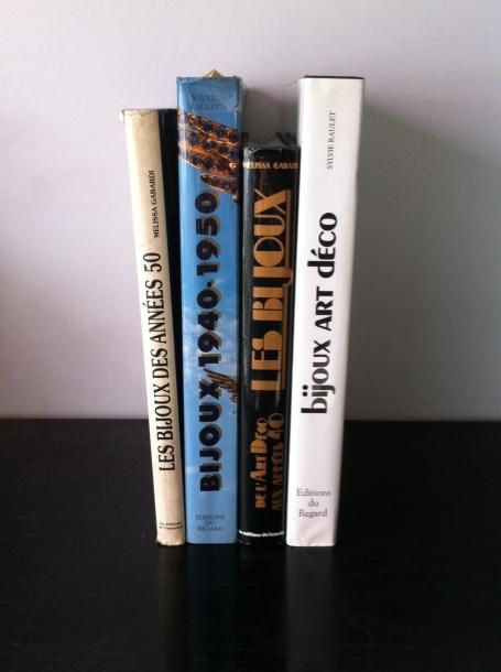 """Lot de 4 ouvrages : """"Les bijoux de l'art déco aux années 40"""" Mélissa Gabardi ; """"Les bijoux des années 50"""" Mélissa Gabardi ; """"Bijoux art déco"""" Sylvie Raulet ; """"Bijoux des années 1940-1950"""" - Le Brech & Associés - 16/05/2011"""