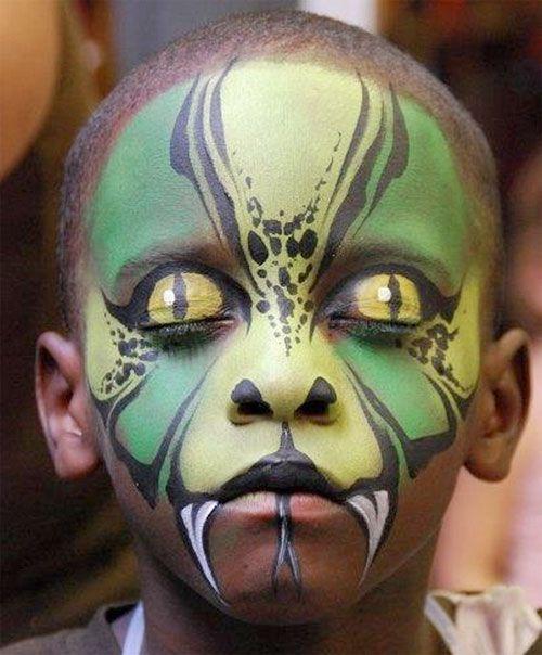 Trucco da mostro per Halloween con occhi di serpente