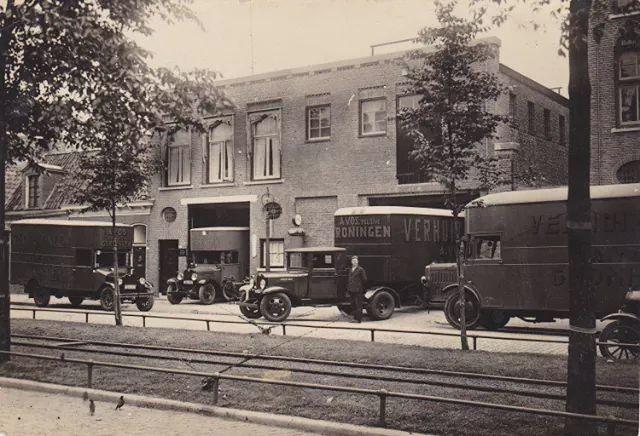Verhuisbedrijf Vos Boterdiep Groningen(nu sportschool)  ca 1925 dhr Vos in het midden