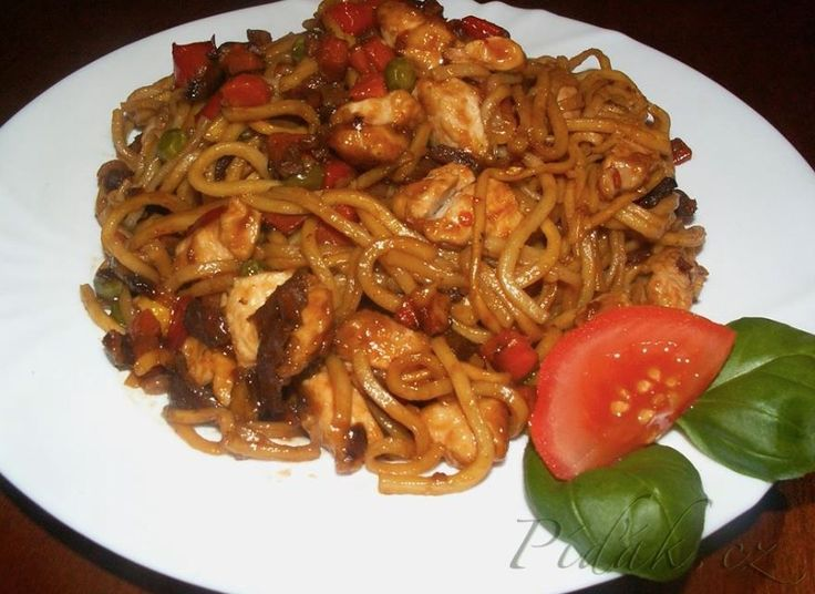 POTŘEBNÉ PŘÍSADY  čínské nudle kuřecí prsa kukuřičný škrob cibule mrkev žampiony sojová omáčka sladká sůl olivový olej  POSTUP PŘÍPRAVY  Kuřecí maso pokrájíme na kostičky obalíme v kukuřičném škrobu.