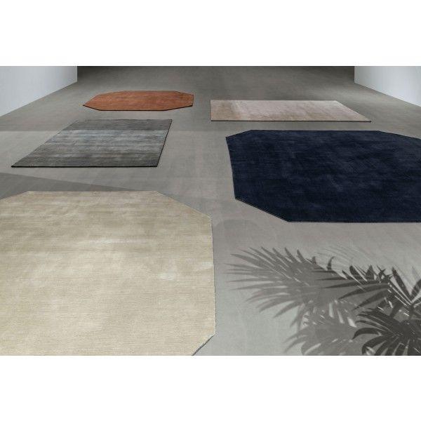 Het The Moor Rug #vloerkleed 300x300 van #&tradition is als een feestje op je eigen vloer. Het #kleed zorgt ervoor dat alle #meubels in jouw #woonkamer op een harmonieuze wijze samenkomen. Dit heeft het kleed te danken aan het eenvoudige doch bijzondere ontwerp dat geïnspireerd is op de vormen en kleuren van edelstenen. #modern #Flindersdesign
