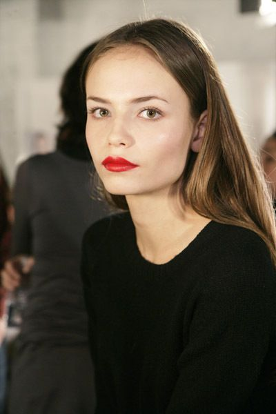 pale skin, almost no blush or bronzer, simple eyes, red lips. perfection.