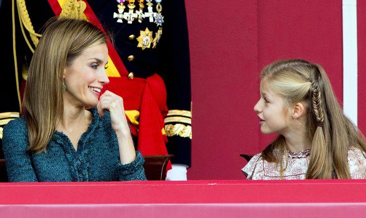RISAS CON MAMÁ: La princesa Leonor ha demostrado una vez más ser una niña muy despierta llena de curiosidad por todo lo que ocurre a su alrededor. Durante el desfile ha realizado numerosas preguntas a la Reina y varios comentarios, que han provocado las risas entre las dos. © Cordon Press