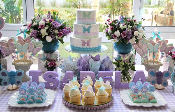 A chegada da Isabela foi comemorada com um chá de bebê repleto de borboletas! A cartela de cores foi um pouco diferente do que costumamos ver por aqui - az