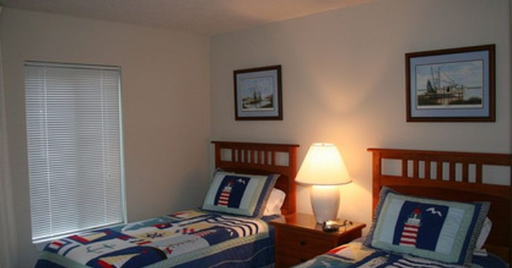Cómo convertir dos camas individuales en una cama de tamaño grande. Una cama individual es perfecta para un niño o para un adulto, pero eventualmente es necesario cambiar a una cama más grande. Si tienes dos camas individuales, puedes juntarlas y convertirlas en una cama king size (tamaño grande). Esta puede ser una opción atractiva, ya que ahorrarás dinero al no tener que comprar una cama nueva; ademas, no ...
