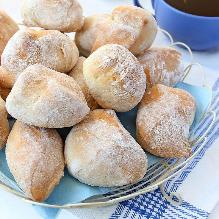 Enkla och goda klippta grahamsbullar som passar perfekt på frukostbordet.