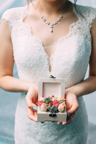 Подушечка для колец в деревянной коробочке с живыми цветами