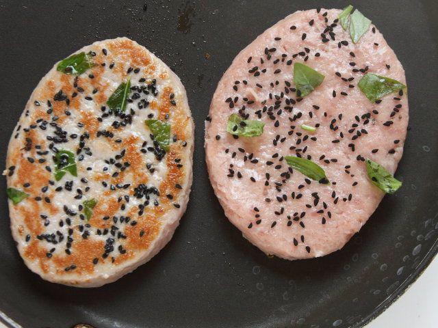 HAMBURGER ESTIVI 3/5 - Fate scaldare una padella antiaderente, adagiatevi gli hamburger e fateli rosolare a fuoco vivace da entrambe i lati.