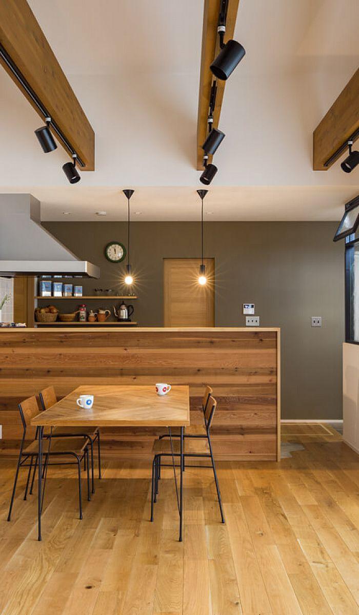 キッチンの腰壁は板貼りにしてアクセントに オークの無垢床を配し ダイニングセットや建具も木素材で揃え 木目の表情豊かな温かみのある空間になりました リビング キッチン キッチンデザイン キッチンインテリアデザイン