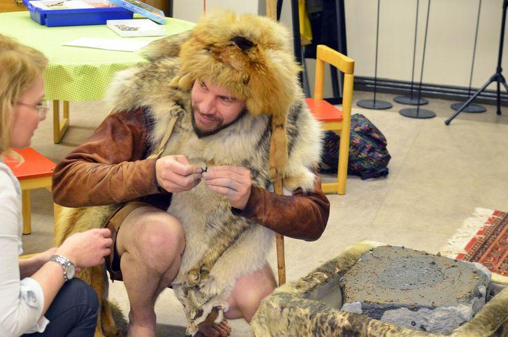 Pohjois-Pohjanmaan museossa pääsi Kierkkikeskuksen työntekijöiden johdolla  tutustumaan kiviesineiden ja nahka-asusteiden valmistamiseen.