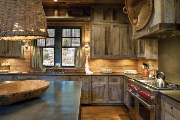 un lustre de style rustique et armoires en bois vieilli dans la cuisine rustique
