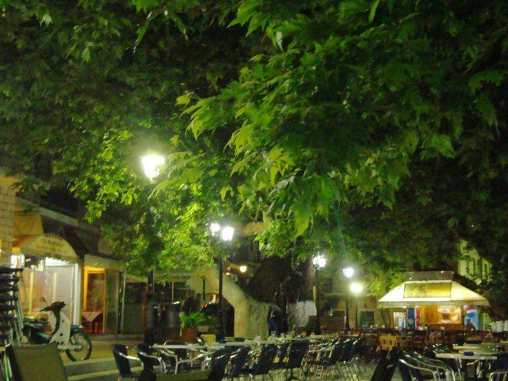 η πλατεία της Καρυάς τη νύχτα