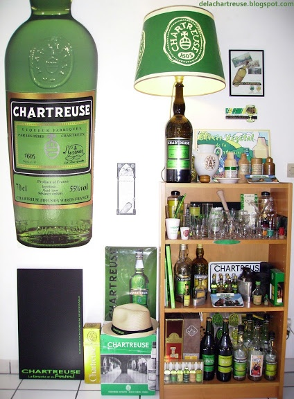L'antre du collectionneur... #collection #liqueur #chartreuse #lampe #elixir #ardoise #bouteille #boite #flask #pub