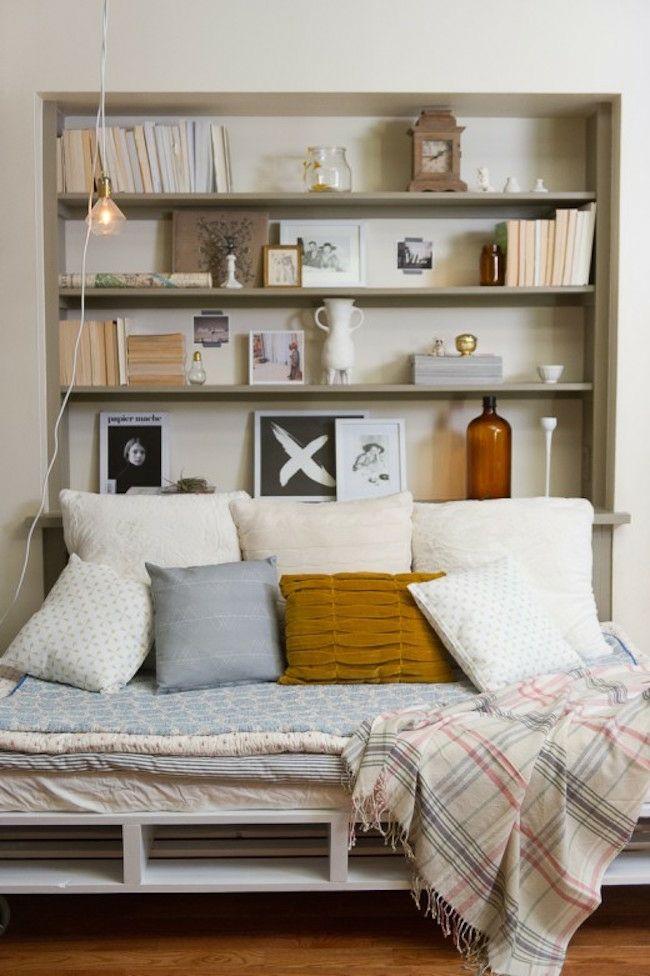 Schlafbett aus Paletten selber bauen Bücherregal Kopfbrett Nische schlichtes Design Deko Kissen