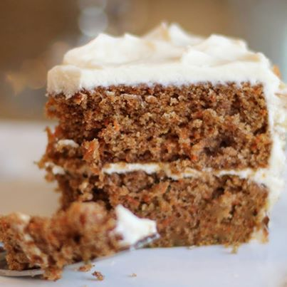 La carrot cake que prepara Eduardo Madrid reúne todas las características de un producto perfecto: húmeda, con pasas y la cubierta especial de la casa. Imagen vía pinterest.