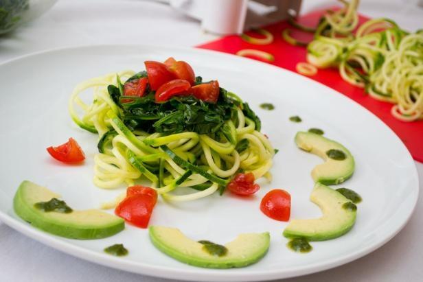 Bučkini špageti z aromatično oblogo (Aromatic zucchini spaghetti). The texture of vegetable spaghetti made from zucchini remind us of classic pasta.   #ZeleniPonedeljek #Rawfood #Glutenfree #Presno #Dinner