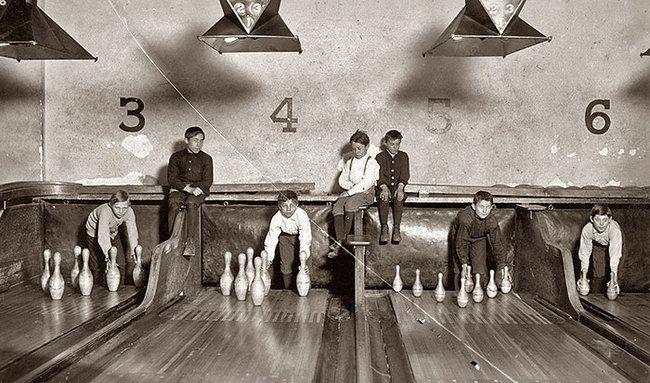 Les pin boys replacent les quilles dans un bowling avant l'arrivée des machines (1914)