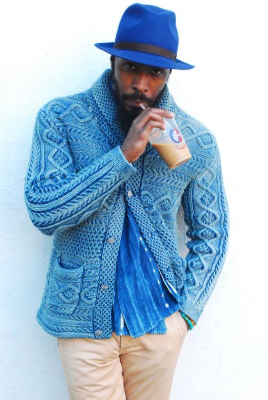 Für Selbstbewusste: Farblich schön abgestimmte Kombination aus Strickjacke, Fedora und Schal in blau.