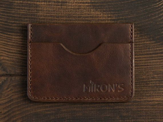 The compact wallet Horween is ideal for a night out. You can bring any amount of cash; a front pocket holds up to three cards. With this pocket you will be able to easily pay by using PayPass as there is no need to get the card out of the wallet.